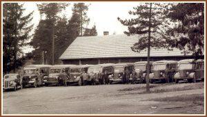 <pre>Onni Tuovisen autot ja  lähes koko henkilö- kunta 20.11.1949 neljä  vuotta aikaisemmin  valmistuneen talli- rakennuksen edessä.</pre>