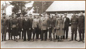 <pre>Onni Tuovinen henkilö- kuntineen kuvattuna  20.11.1949 talliraken- nuksen edessä.</pre>